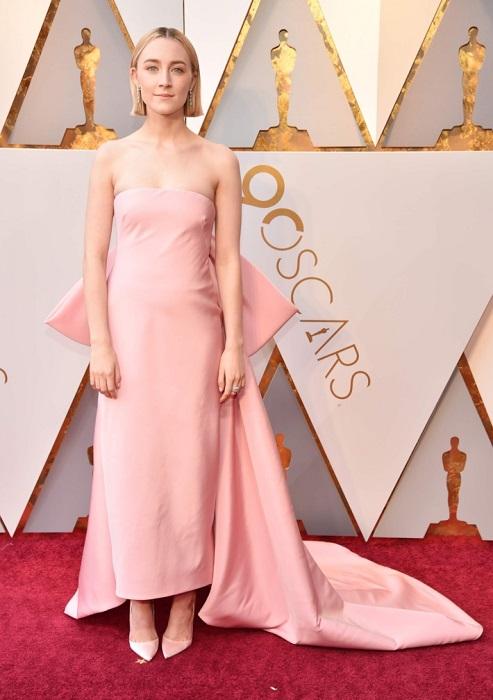 Ирландская актриса позировала на красной дорожке в платье нежно-розового цвета от Calvin Klein.