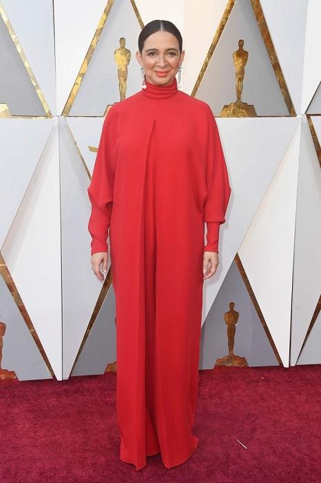 Американская актриса для церемонии выбрала длинное лаконичное красное платье от Valentino.
