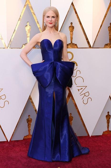 Австралийская актриса в роскошном синем платье из коллекции Armani Prive, декорированном большим бантом.
