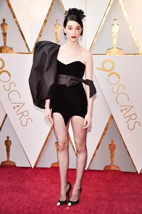 Американская певица выбрала весьма экстравагантный наряд и точно не осталась без внимания публики.