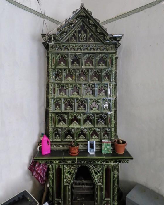 Изразцовый зелено-коричневый камин с орлами рижского завода («Zelm & Boem») «Целм и Бем».