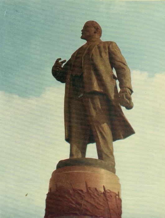Памятник В. И. Ленину в Днепропетровске был открыт 6 ноября 1957 года, скульпторы: М. К. Вронский, А. П. Олейник, архитектор: А. А. Сидоренко.