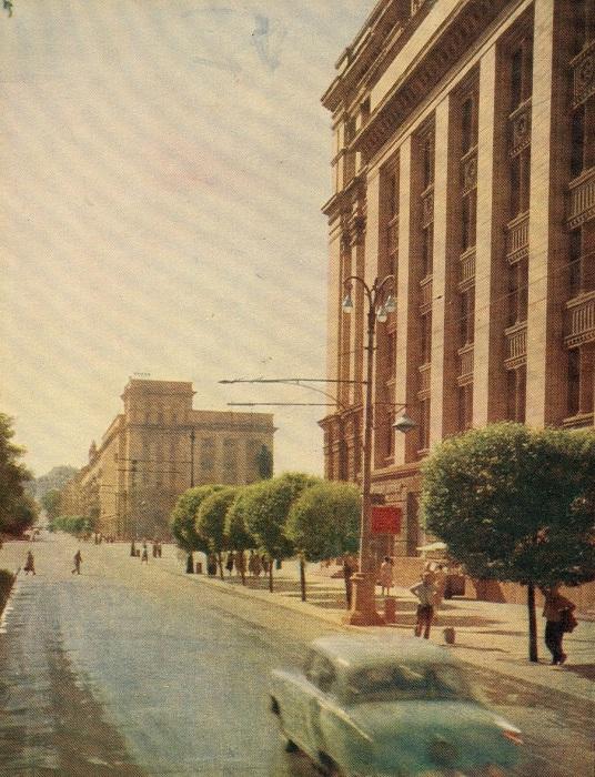 По обе стороны проспекта имени Карла Маркса в Днепропетровске расположено много зданий старой застройки.