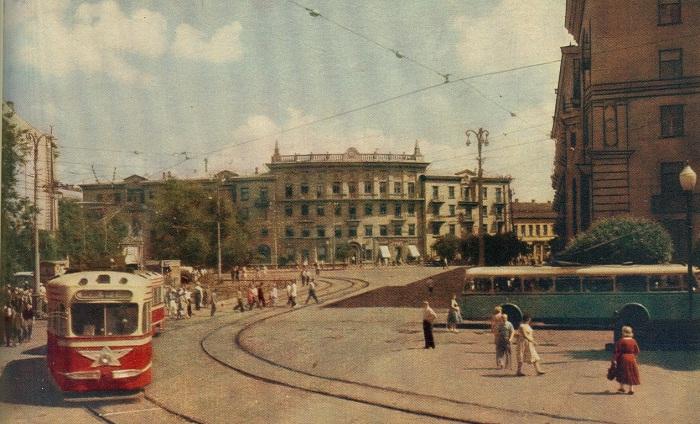 Одна из оживлённых улиц города.