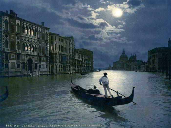 Самый известный канал Венеции при лунном свете.