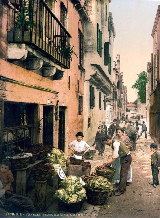Жители квартала трудятся перед святилищем.