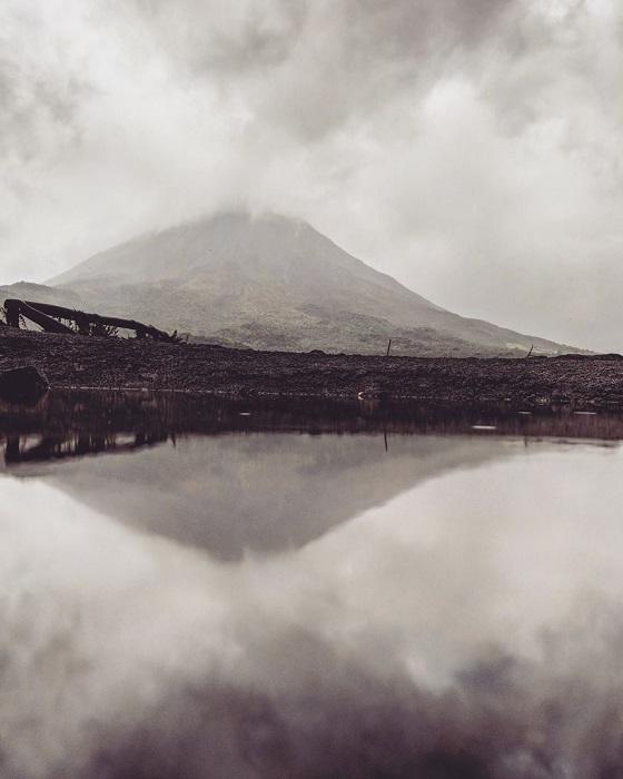 Снимки отраженных в лужах пейзажей Гвидо Гутьеррес Руис обрабатывает с помощью инструментов, доступных в Инстаграм.