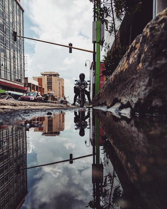 Часть улицы в городе Сан-Хосе (Коста-Рика) и ее отраженный образ, сохраненный фотографом Гвидо Гутьерресом Руисом.
