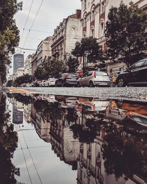 Креативный фотограф сумел с помощью обычной лужи создать особенные снимки, которые полностью захватывают внимание.