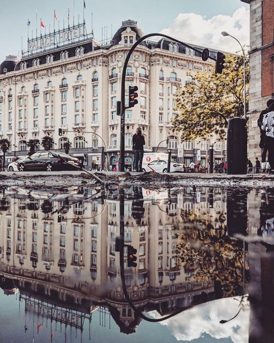 Фотограф путешествует по миру и снимает на смартфон отражение городов в лужах