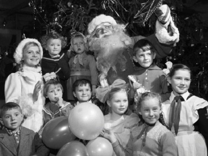 Детишки всегда верили, что Дед Мороз настоящий.