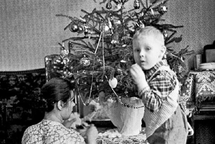 В процессе украшения новогодней красавицы участвовали все.