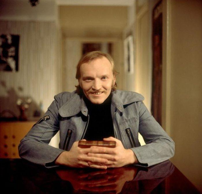 Знаменитый российский киноактер, заслуженный деятель искусств России, кинорежиссер и сценарист.