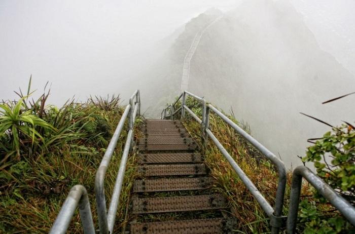 Лестница Хайку, остров Оаху, Гавайи, США. Фотограф Topsixlist.