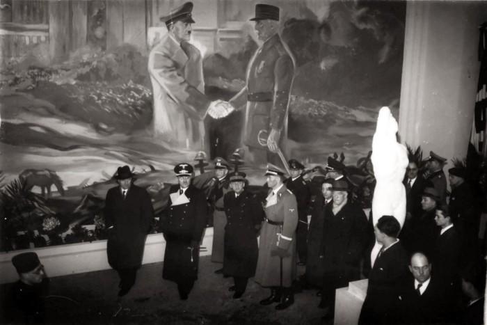Интерьер выставки «Большевизм против Европы» в «Саль Ваграм», март-июнь 1942 года.