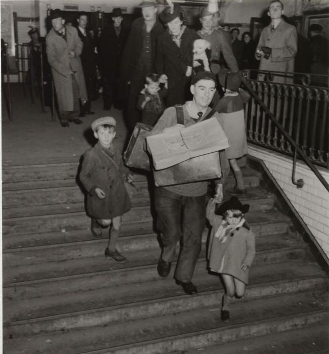 Мужчина с сумками и детьми на Лионском вокзале.
