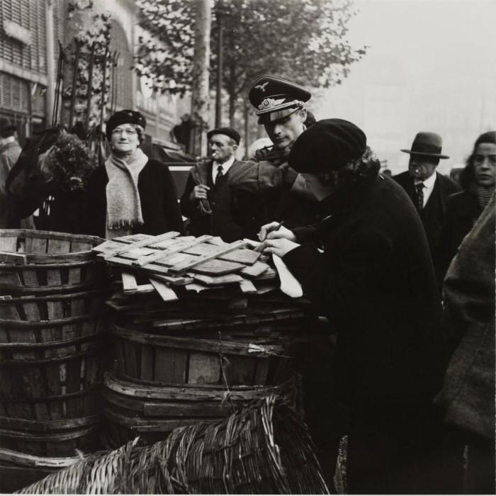 Немецкий летчик делает покупки в Ле-Аль.
