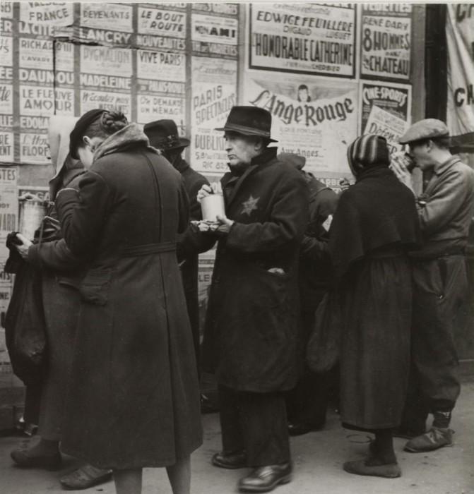 Раздача горячей еды людям на Бульваре де Рошешуар.