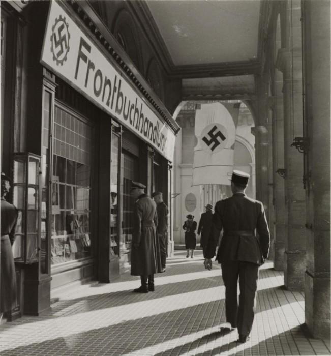 Военный изучающий ассортимент книжного магазина.