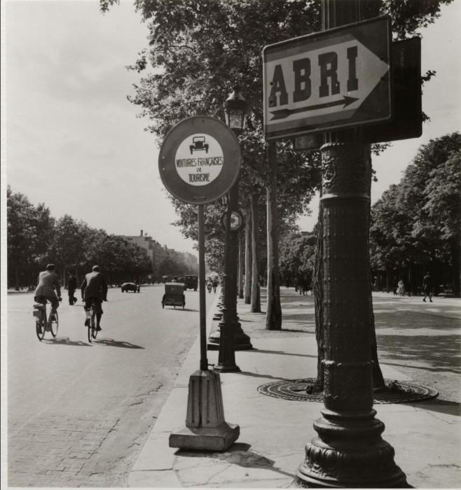 Знаки «Укрытие» и «Запрещен проезд французскому транспорту».