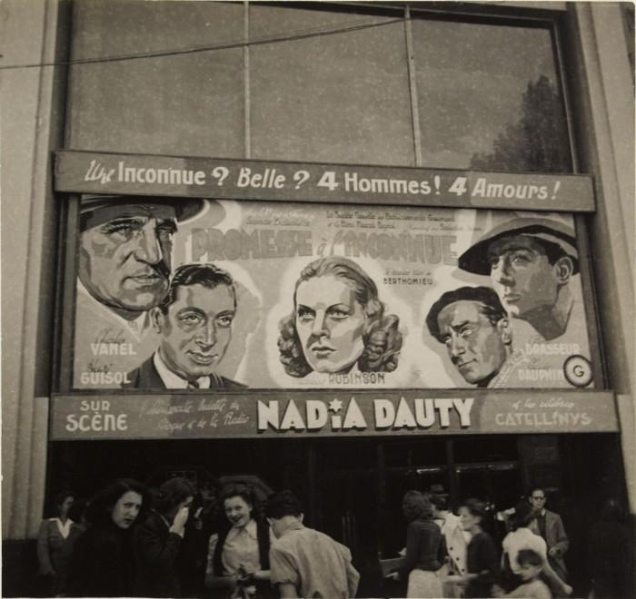 Кинотеатр, где демонстрируют фильм «Обещание неизвестному» Андре Бартоломье.