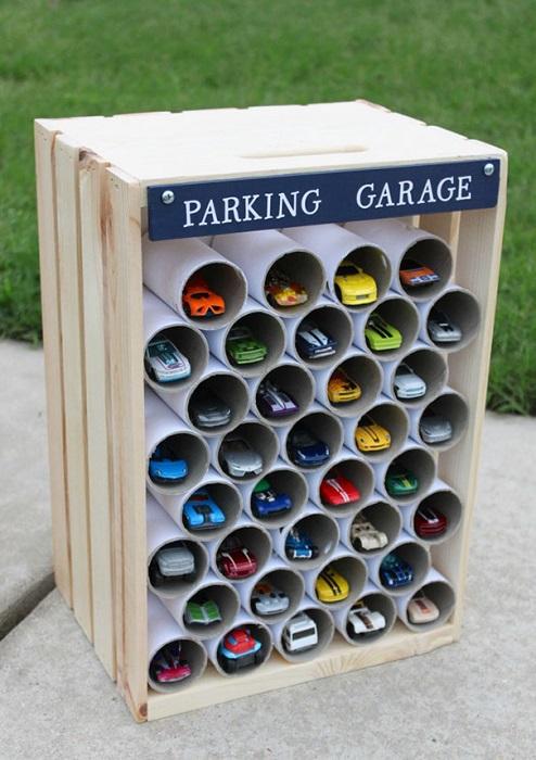 Восьмиэтажный гараж из рулонов бумаги для любимых машинок.