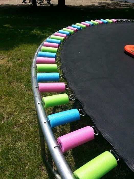 Разноцветные поролоновые трубки защищают от травматизма ваших детей.