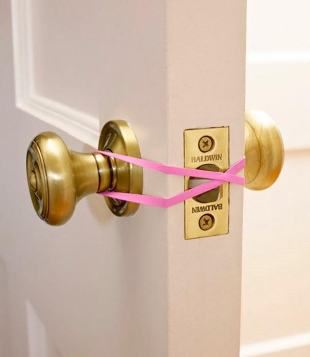 Что бы дверь не закрывалась, намотайте на ручку разноцветную резинку.