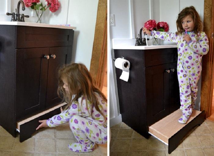 Деревянная подставка для маленьких детей, облегчающая утренние процедуры.