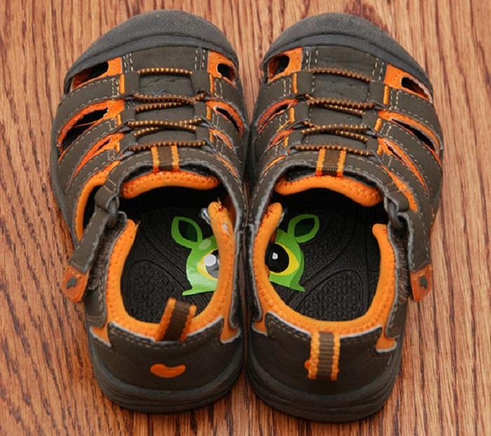 Маленький покемон наклеен на стельки обуви, для того, чтобы ребенок знал, как правильно одевать.