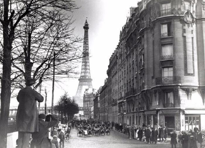Состязание на трехколесных велосипедах проходило на главной улице Парижа. Январь 1920 год.