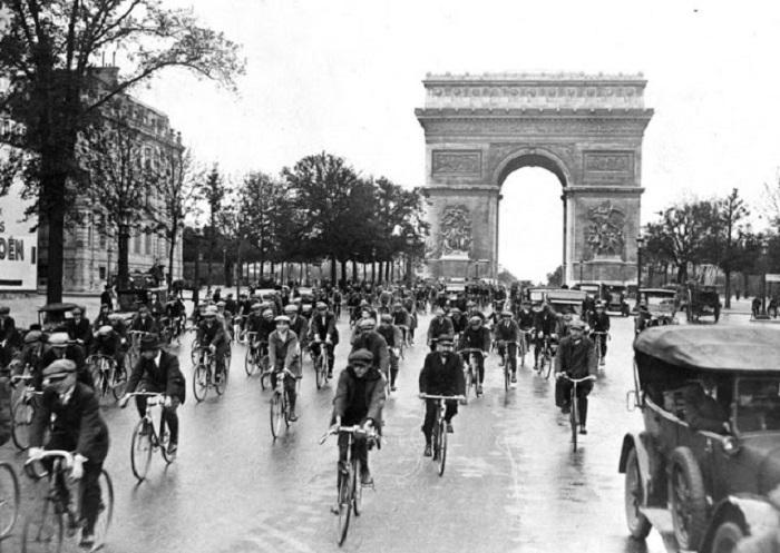 Эстафета на велосипедах по улицам Парижа.