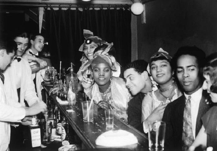 Молодежь развлекается в баре в ночное время суток.