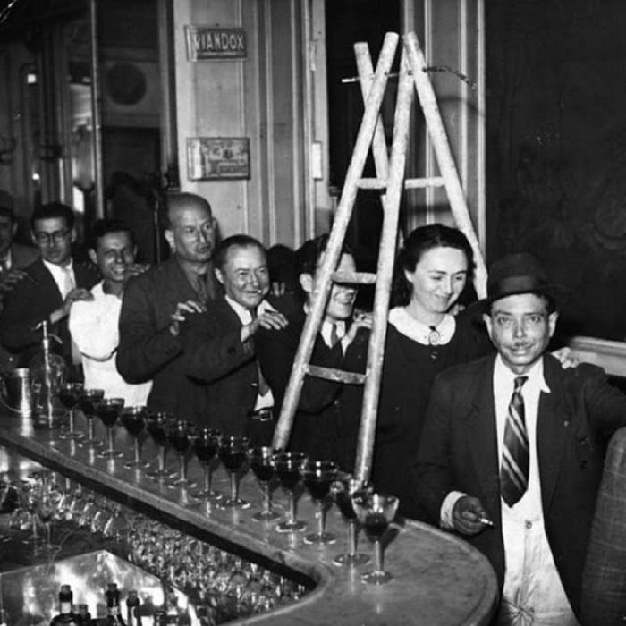 Встреча людей в баре Парижа в пятницу тринадцатого числа.