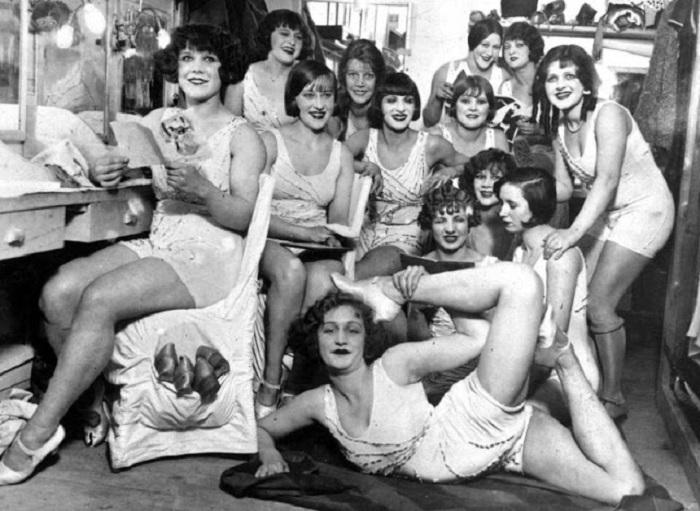 Девушки из «Мулен Руж» позируют перед фотокамерой.