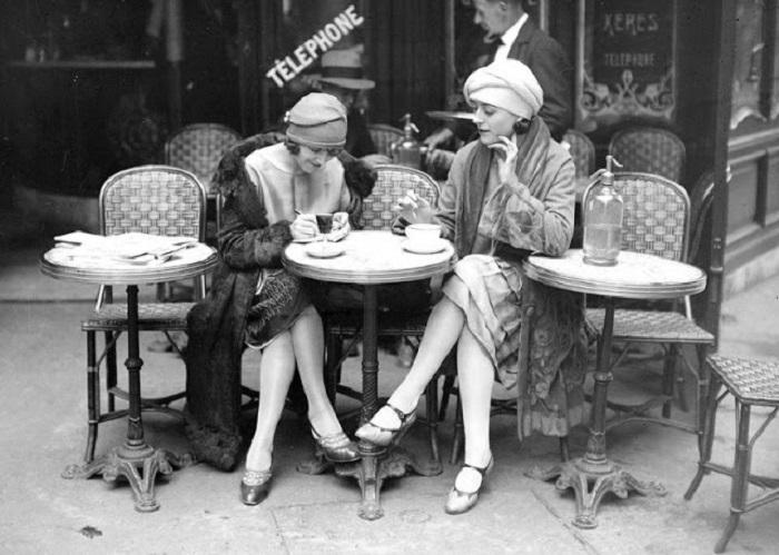 Женщины отдыхают после работы за чашечкой кофе. 1925 год.