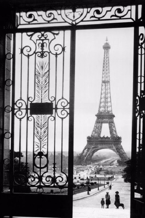 Снимок трехсотметровой башни из ворот.