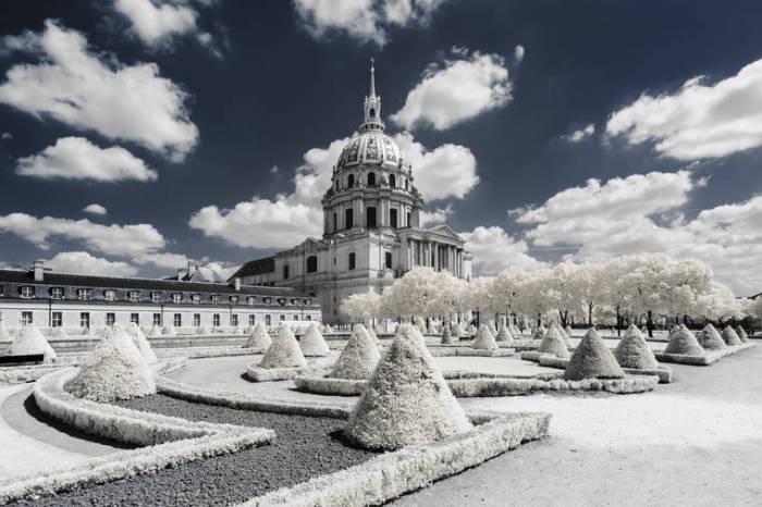 Величественный Дом Инвалидов и церковь Святого Людовика в окружении сада.