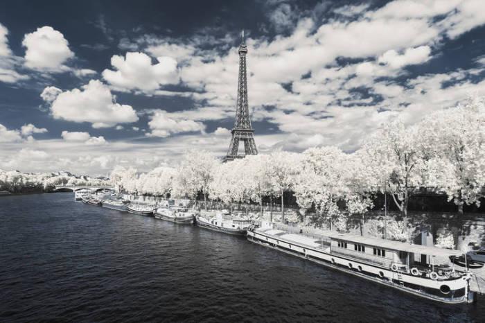Одна из пристань на реке Сене Париж, возле Эйфелевой башни.