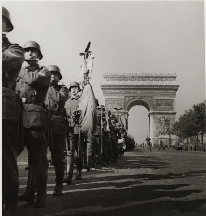 Парад проходивший на Елисейских полях 4 июля 1940 года.