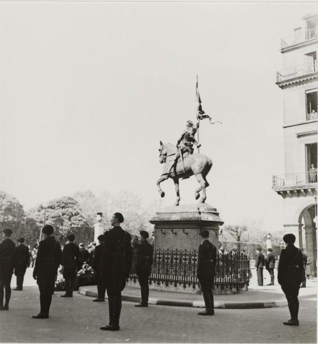 Милиция в карауле возле статуи.