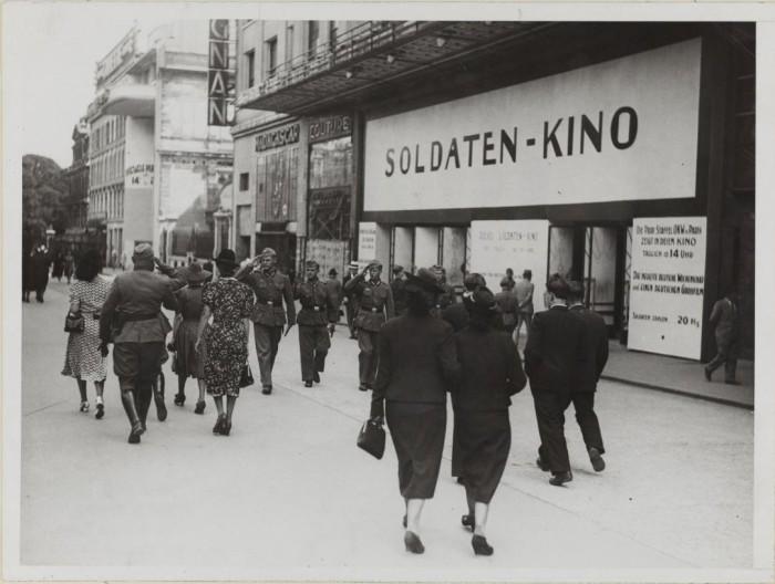 Кинотеатр зарезервирован для немецких солдат. Елисейские Поля, 27. 30 июня 1940 года.