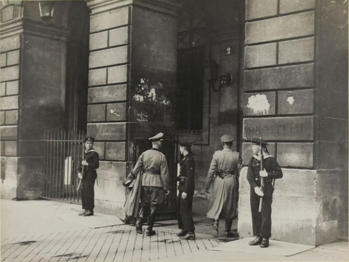Немецкие моряки охраняют здание.