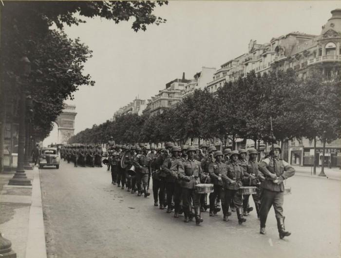 Колоны марширующих солдат по Елисейских полях у Триумфальной арки.