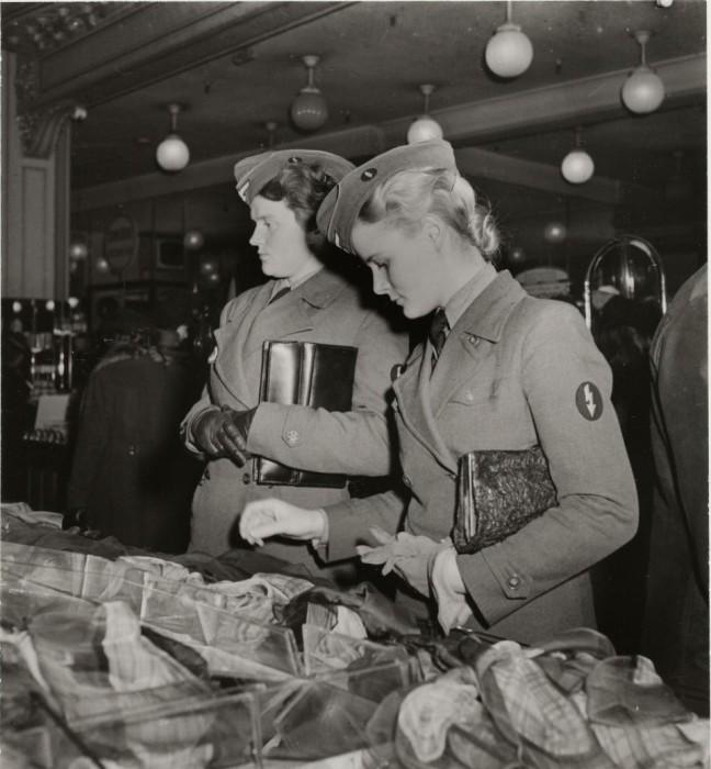 Немецкие солдатки в отделе шарфов универмага.
