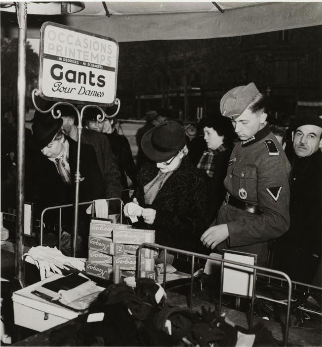 Немецкий солдат с женщиной в отделе дамских перчаток.