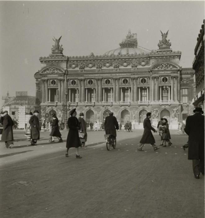 Одно из самых людных и посещаемых мест в Париже.