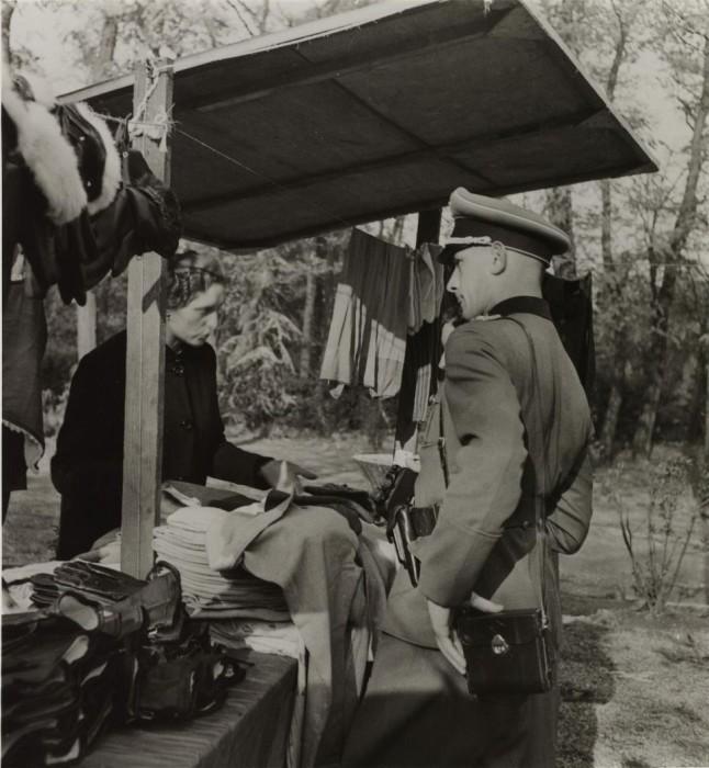 Немецкий солдат на блошином рынке в Порт-Дофин.