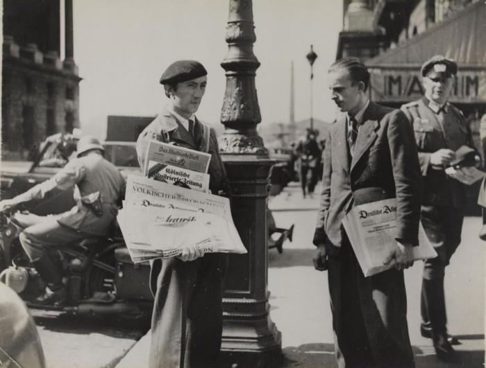 Продажа немецких газет на рю Рояль.