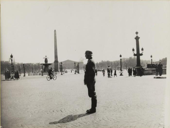 Солдат при исполнении служебных обязанностей на площади Согласия, 3 июля 1940 года.